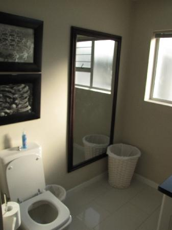 Sunshowers Beachfront B&B Guesthouse: Room 6 Bathroom