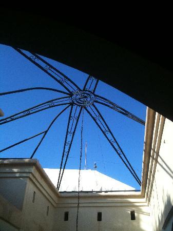 Riad Opale Marrakech : blue sky through rooff