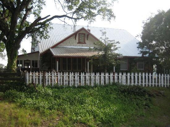 Lyn-Mar Pond Guest Ranch: cozy lil cabin
