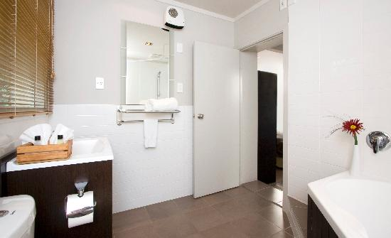 Courtney Motel: Tiles Bathrooms