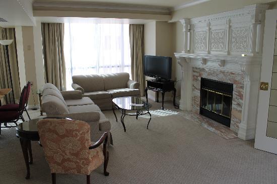 Soggiorno con caminetto picture of capital hill hotel & suites