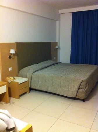 Brilliant Hotel Apartments: The big bed