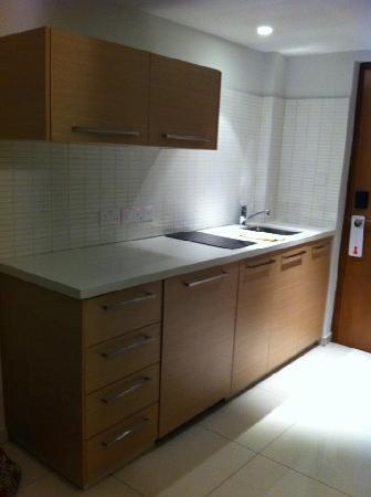Brilliant Hotel Apartments: Kitchen