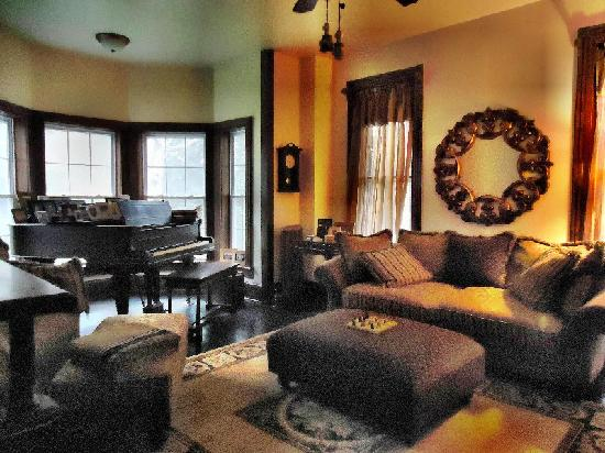 Turtle Hill Bed and Breakfast: Plan your day in our music/living room