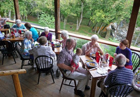 Amis Mill Eatery: Fellow customers on the deck.