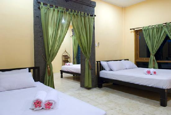 Rabasta Kuta Beach Inn: Deluxe Family Room - photo b (adjoining with photo a)
