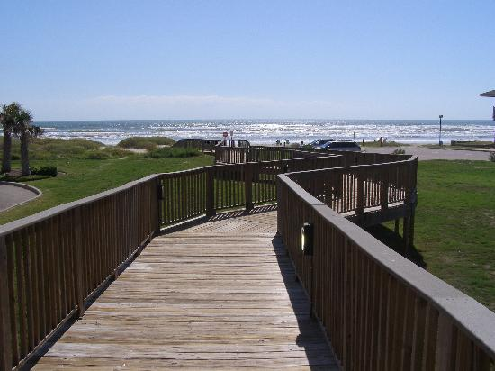 Holiday Inn Club Vacations Galveston Beach Resort: Boardwalk to the beach