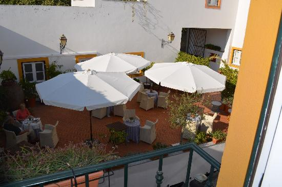 Albergaria do Calvario: Sunny courtyard