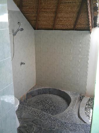 Coconuts Beach Resort: Semi outdoor bathroom
