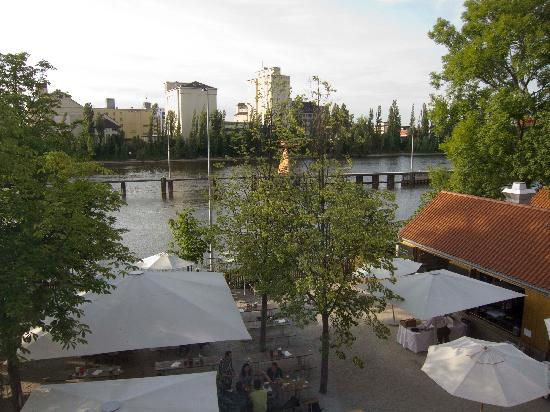‪هوتل جيربيرموليه: view of beer garden on river from hotel room‬