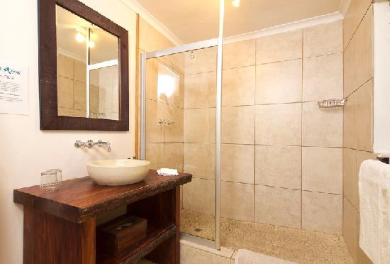 Hide Away Guest House: Executive room bathroom