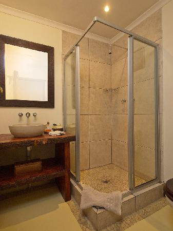 Hide Away Guest House: Superior Room with lagoon view bathroom