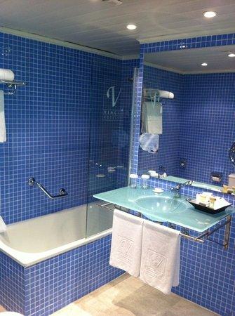 Vincci Puertochico : spacious bathroom