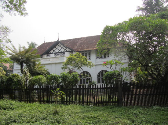 Malabar House : The hotel from the street outside