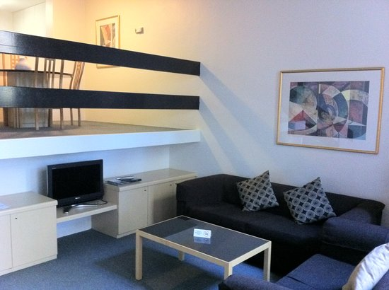 Medina Serviced Apartments North Ryde : Living room area with TV