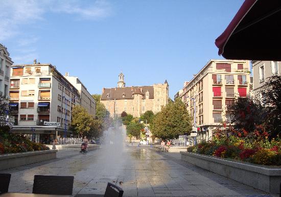 Hotel des Bourbons: Flowers, Fountains & Chateau