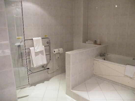 Ipswich Hotel: the bathroom