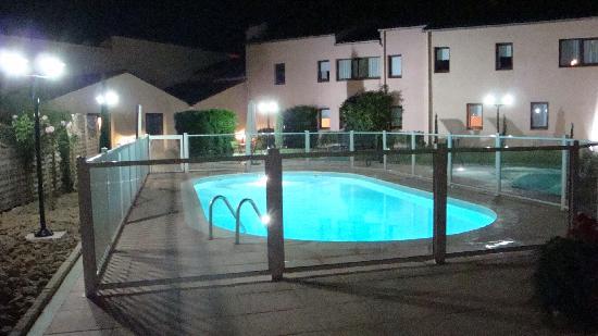 Ibis Macon Sud: Pool by night