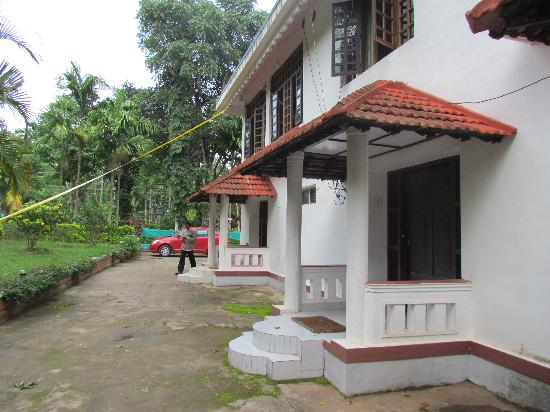 Coorg County Resort: Do not take Deluxe Room - It is Fraud
