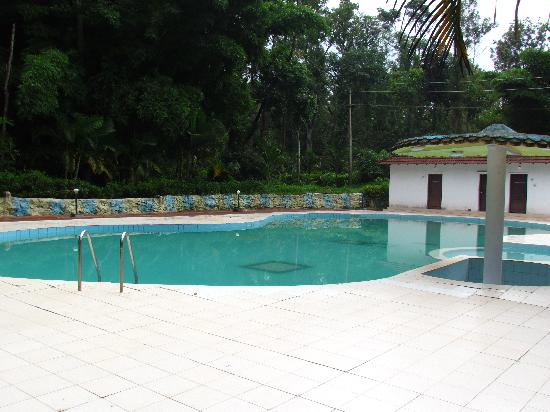 Coorg County Resort: Swimming pool is good but Deluxe Rooms are fraud