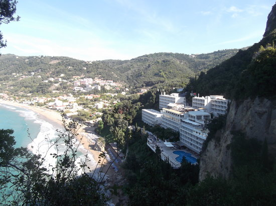 Mayor La Grotta Verde Grand Resort: View from the small path at the end of the beach