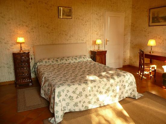 Chateau Galot la Chapelle Saint EMILION: chambre spacieuse lit 160/200