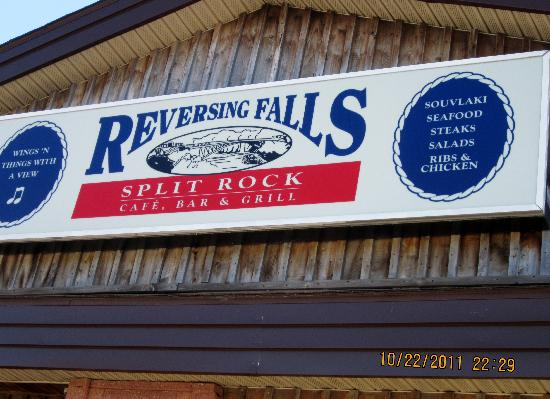 Reversing Falls: welcome sign at a shop