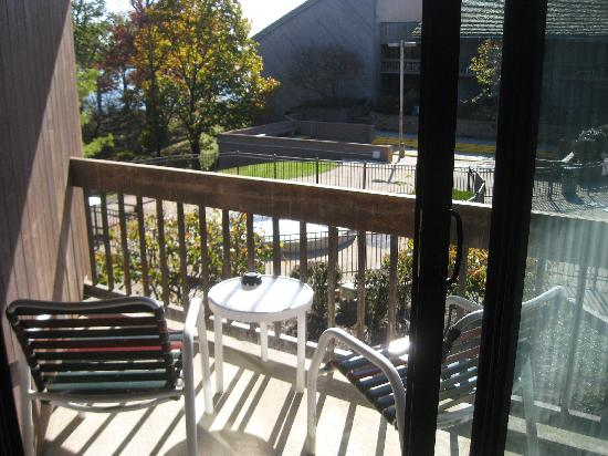 Deer Creek Lodge and Conference Center: balcony overlooking the pool area