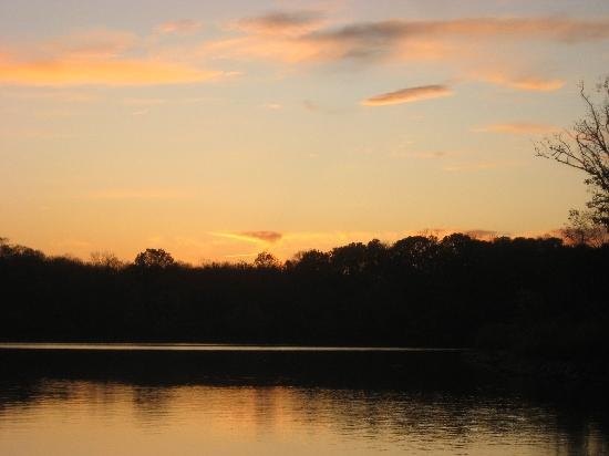 Deer Creek Lodge and Conference Center: sunset over the lake