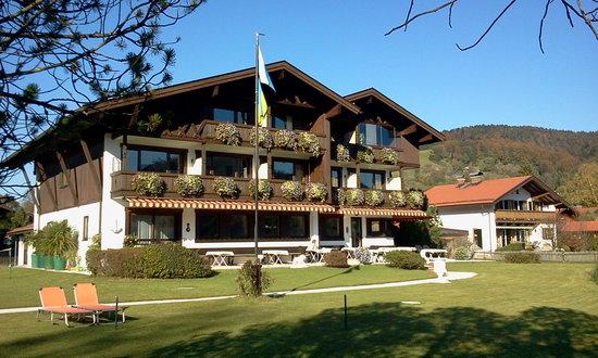 Gaestehaus Edeltraud am See: Das Haus vom See gesehen