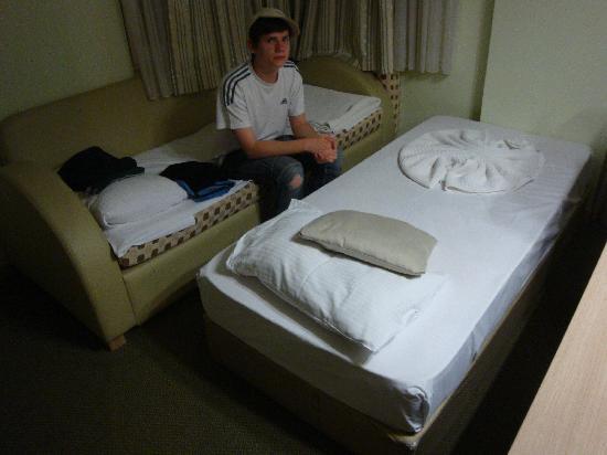 Sealife Family Resort: einzige Sitzmöglichkeit im Zimmer zum Fernsehen