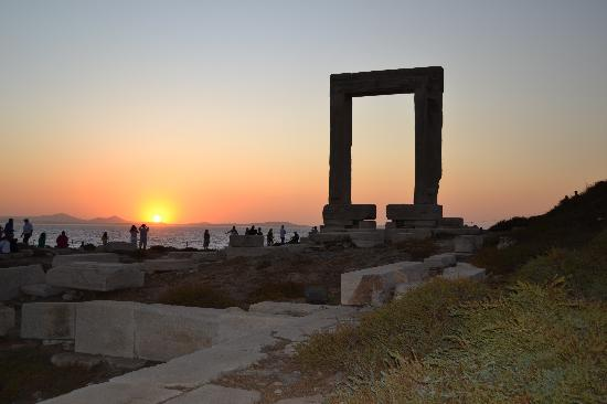 Πορτάρα: La Portara al tramonto