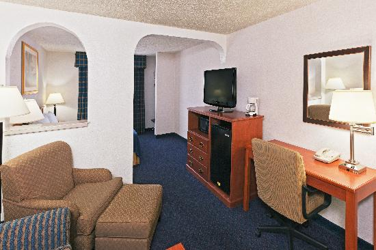 Holiday Inn Express Santa Fe - Cerrillos: King Suite