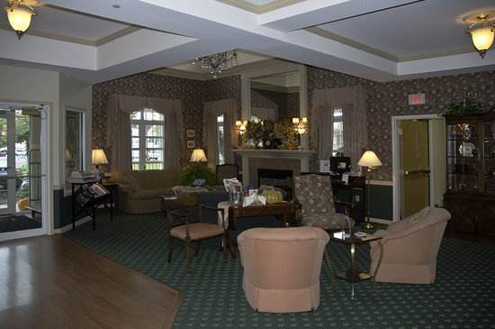 BEST WESTERN PLUS Lawnfield Inn & Suites: The lobby is as welcoming as a family living room.