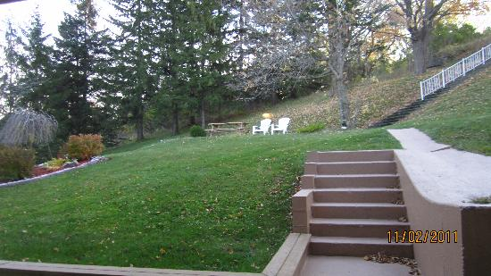 Owen Sound Inn: Back yard sitting area