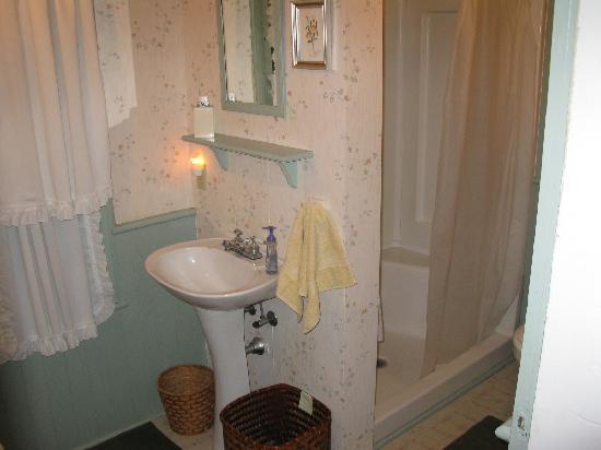 Beard Morgan House: Bath with shower