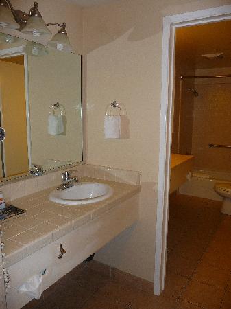 Super 8 Monterey / Carmel: baño