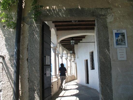 Eremo di S. Caterina del Sasso: entrata dell'eremo