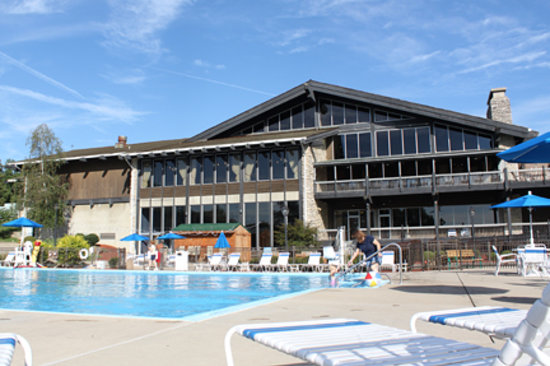 Shawnee Lodge and Conference Center: Shawnee Lodge and outdoor pool