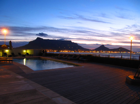 Lagoon Beach Hotel & Spa: Table Mountain from the hotel