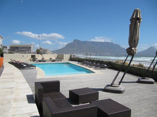 Lagoon Beach Hotel & Spa: The hotel patio, pool with backdrop of Table Mountain