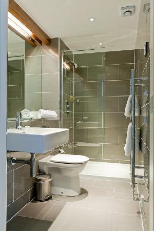 Merchiston Residence: Apartment shower room