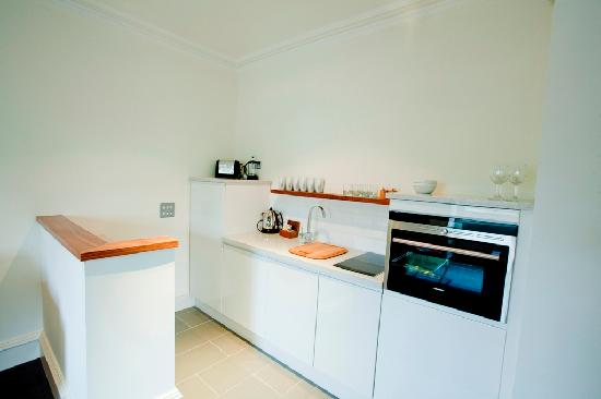 Merchiston Residence: Compact kitchen in studio apartment