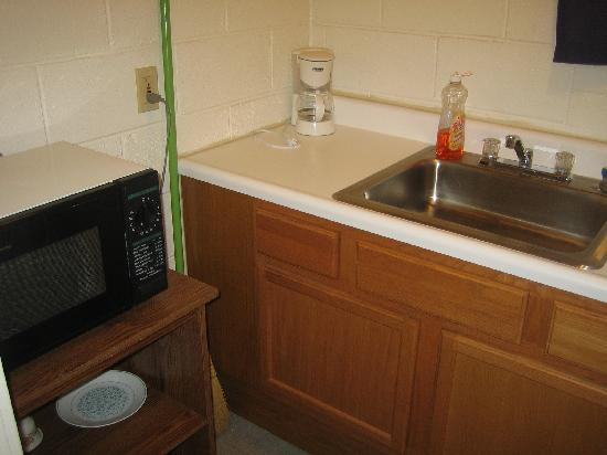 O Z Motel kitchenette