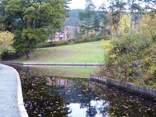 Bryn Howel Hotel: view of hotel from canal