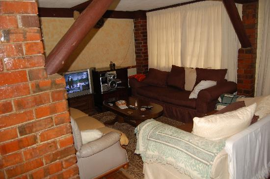 Kikuyu Lodge Hotel & Safaris - TEMPORARILY CLOSED: The cosy living room at Kikuyu Lodge