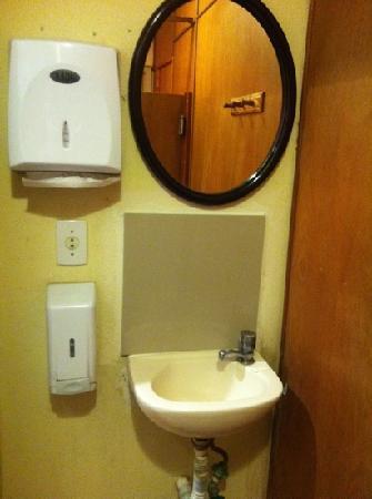 Terrasse Hostel: male bathroom