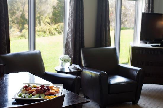 Elm Hurst Inn & Spa: Sitting area Suite 119