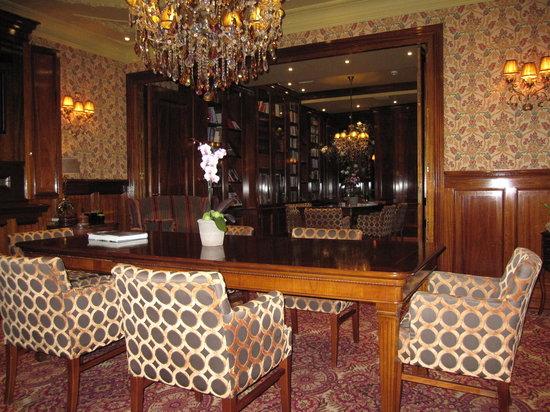 Hotel Estherea: Lobby / Library