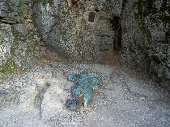 """Eremo della Carceri: Statua  """"San Francesco in preghiera"""""""